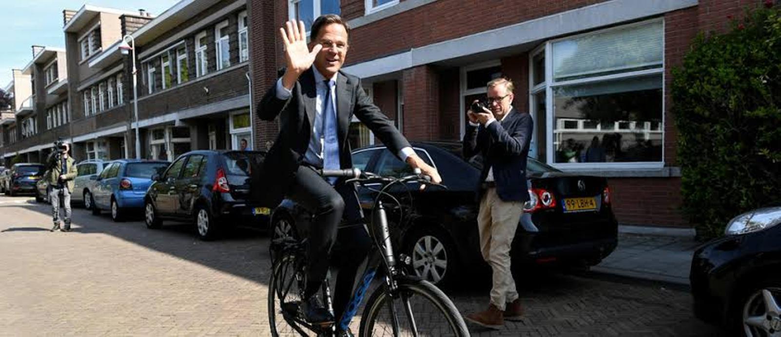मिलिए साइकिल से दफ्तर जाने वाले डच प्रधानमंत्री से।