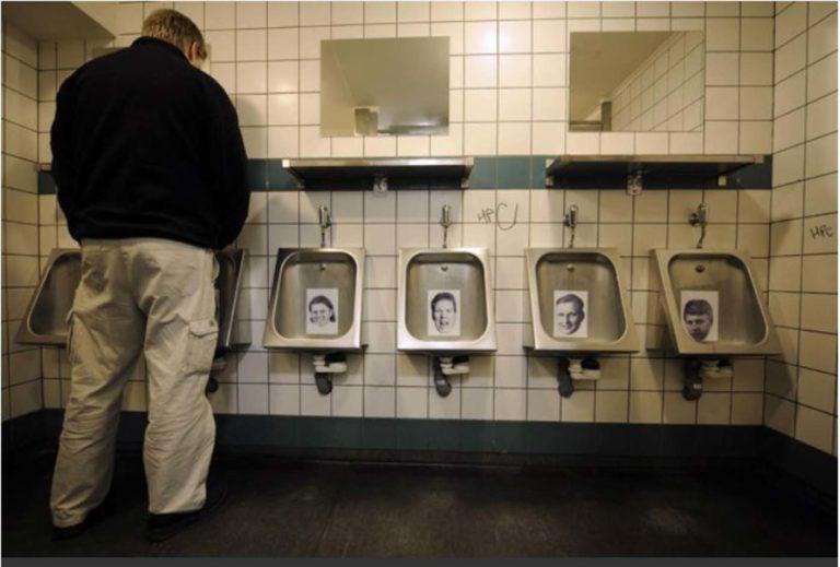 आइसलैंड में भ्रष्ट अधिकारियों और बैंक घोटाला करने वालों के फोटो मूत्रालयों में।