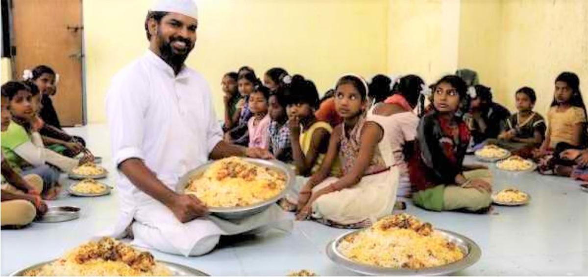 मिलिए MBA किये हुए ख्वाजा मोइनुद्दीन से, जो मल्टी नेशनल कंपनी की नौकरी छोड़कर हर महीने 1200 अनाथ बच्चों को खाना खिलाते हैं।