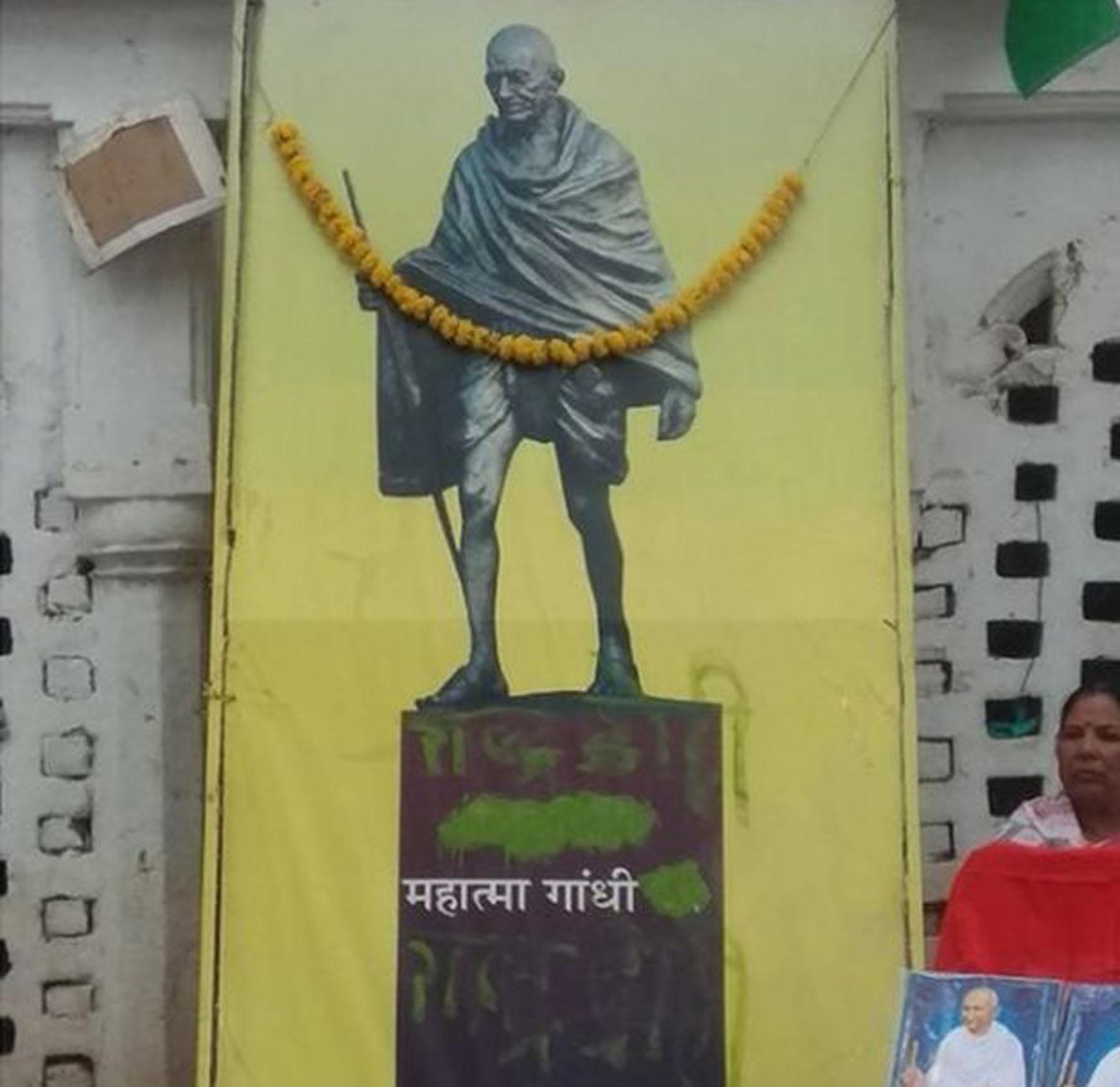 रींवा के भारत भवन से महात्मा गाँधी के अस्थिकलश चोरी, बापू की तस्वीर पर लिखा ''राष्ट्रदोही'।