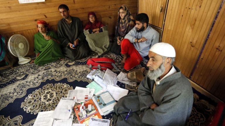 कश्मीर में कैंसर पीड़ित व्यक्ति दो माह से जेल में, पीड़ित परिवार उसकी ज़िन्दगी को लेकर सदमें में।