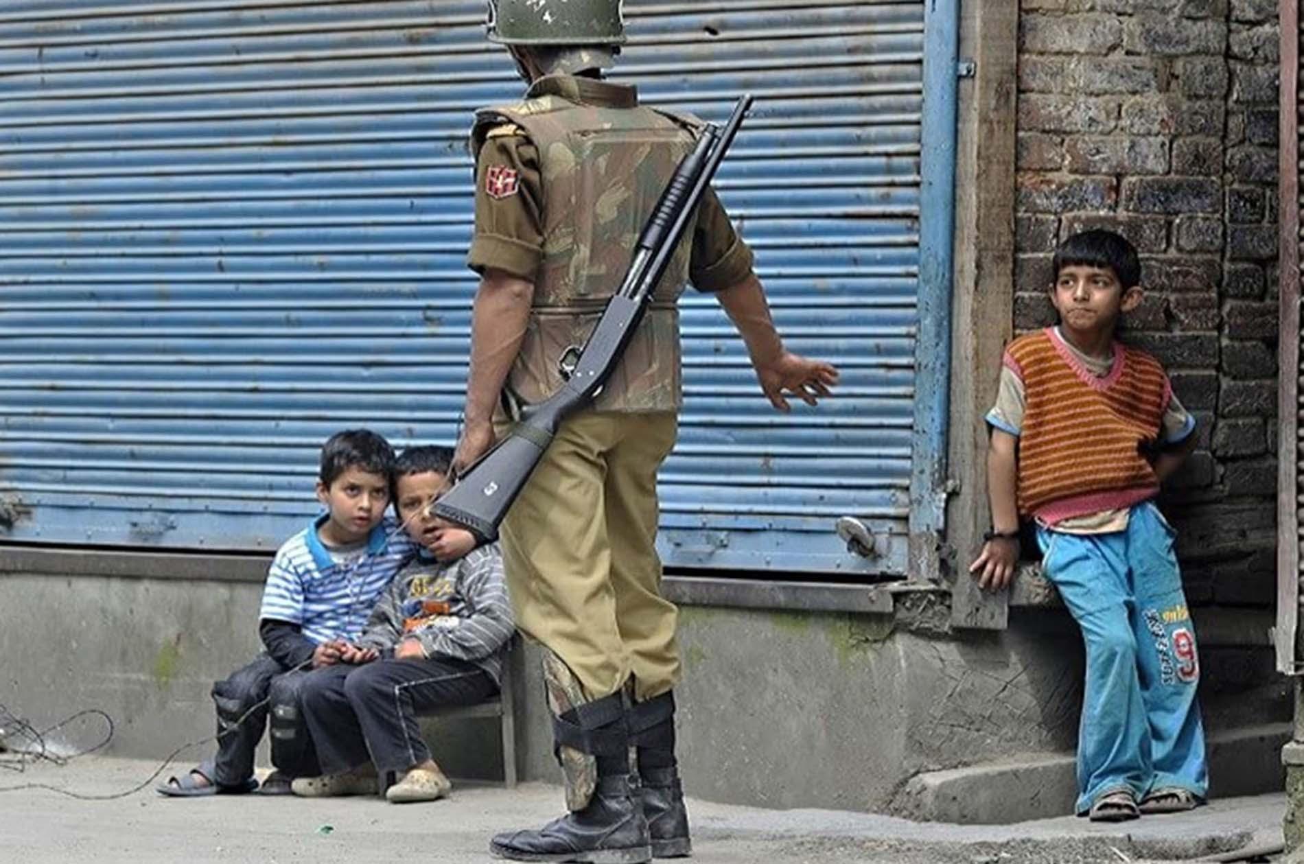 कश्मीर – ब्रेड खरीदने निकले 9 साल के बच्चे की पिटाई के बाद हिरासत : The Telegraph.