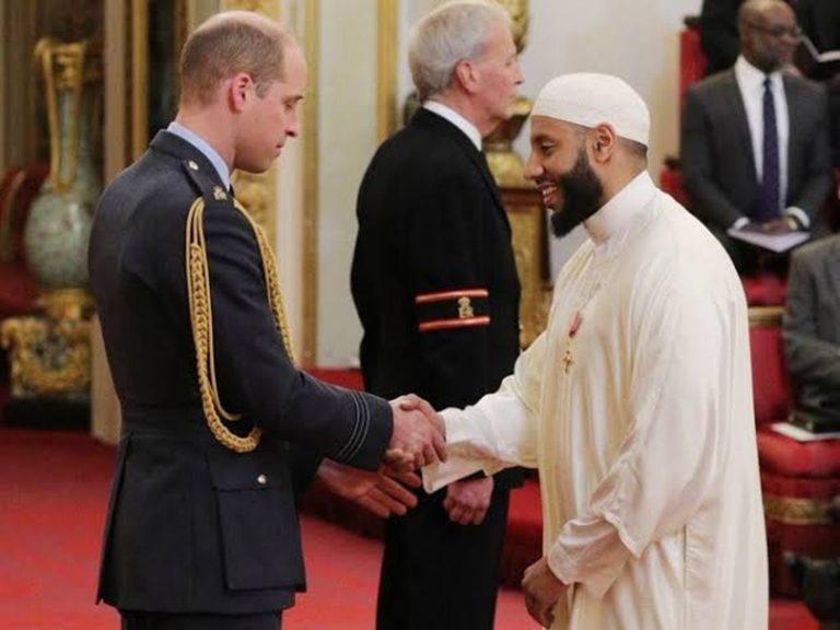 ब्रिटेन के इमाम को बहादुरी और मानवीयता के लिए सर्वोच्च ब्रिटिश सम्मान से नवाज़ा गया।