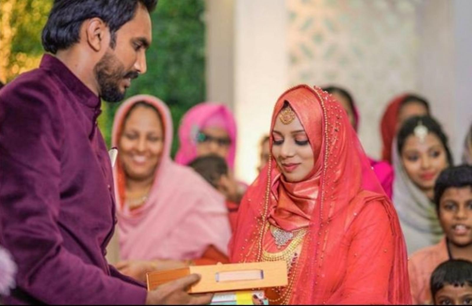 केरल में एक दुल्हन ने अपने मेहर में जायदाद, जेवरात और पैसों के बदले सिर्फ 100 किताबें मांगीं।