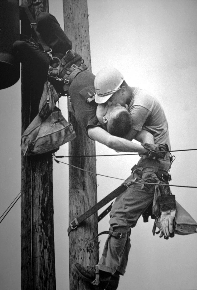 1968 के प्रतिष्ठित पुलित्ज़र पुरस्कार प्राप्त आइकोनिक फोटो 'KISS OF LIFE' के पीछे की कहानी।